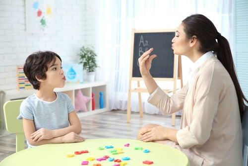 Logopeda con un niño