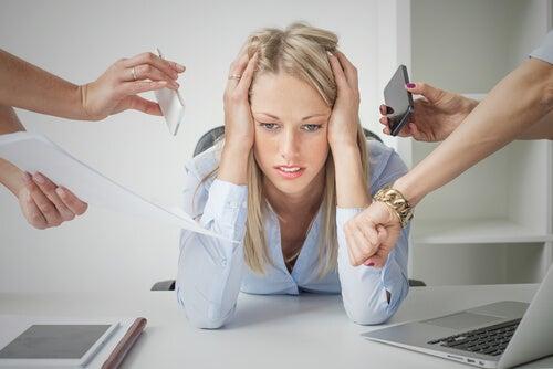 Mujer agobiada por tecnoestrés