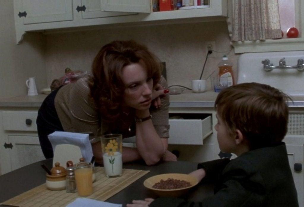 Mujer hablando con un niño