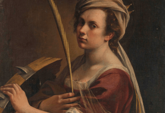 Mujer con una pluma en la mano