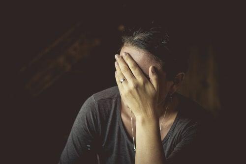 Mujer con trastorno de estrés postraumático