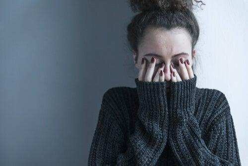 Mujer triste con trastorno esquizotípico de la personalidad