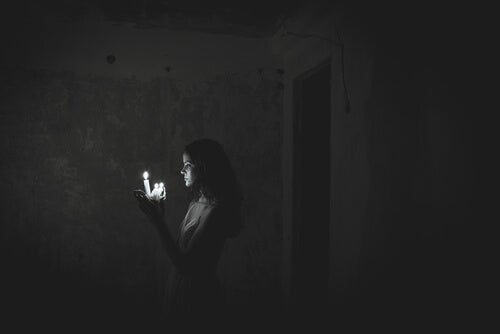Mujer con velas encendidas