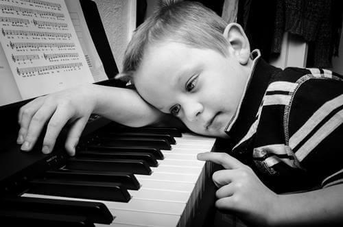 niño desanimado al piano