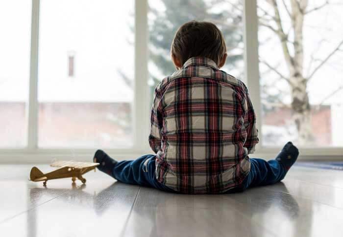 Niño triste como efecto de los padres emocionalmente no disponibles