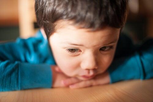 Niño con mutismo selectivo