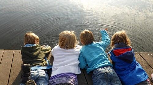 pequeños representando a los niños asertivos