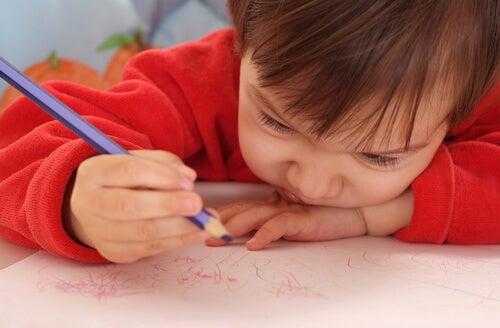 Niños haciendo garabatos de colores