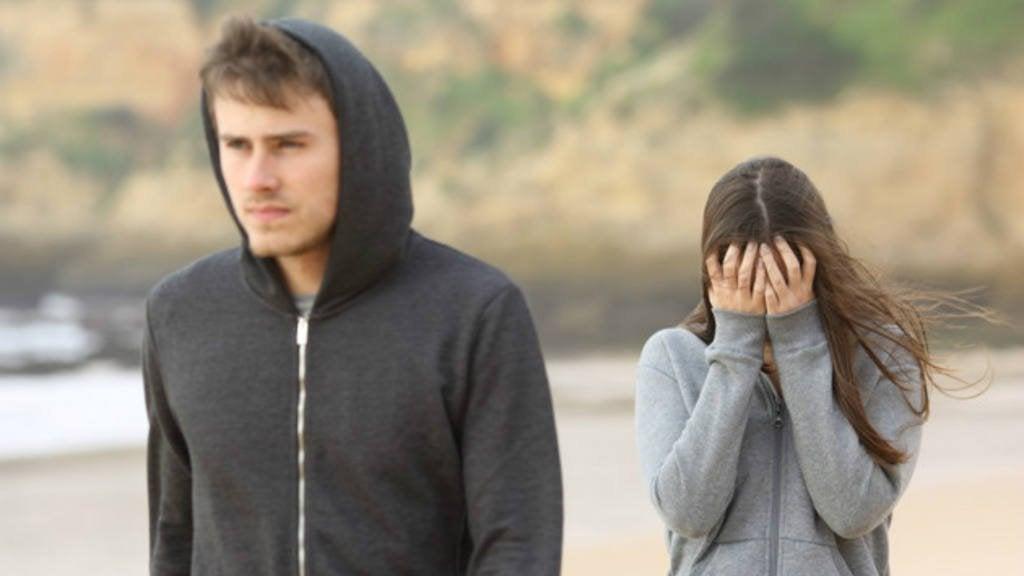 Novio marchándose mientras novia llora