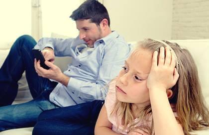 Padres emocionalmente no disponibles ¿cómo son?
