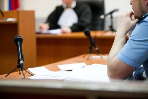 Persona siendo testigo en un juicio
