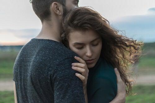 Personas abrazándose para representar la importancia de los abrazos