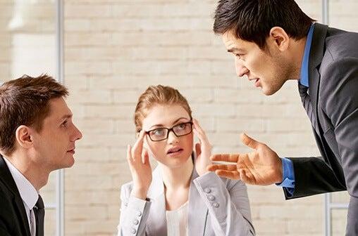 grupo de trabajo representando a las personas competitivas agresivas
