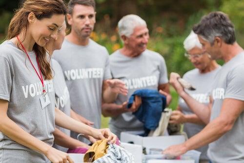 Voluntarios recogiendo ropa