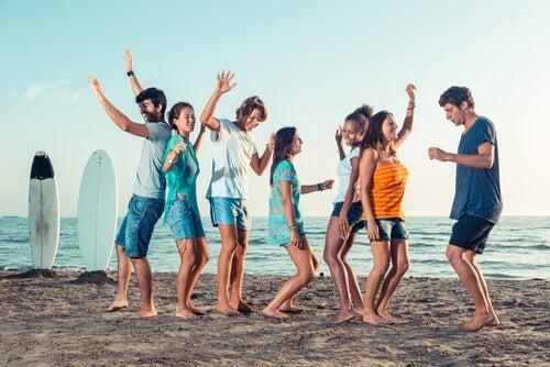 Amigos bailando en la playa