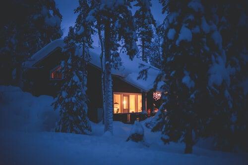 Cabaña en paisaje nevado