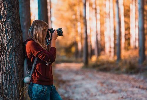 mujer con cámara simbolizando cómo encontrarte a ti mismo