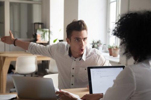 Chico discutiendo con su compañera de trabajo porque no pueden estar en desacuerdo