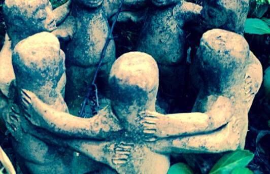 figuras de piedra representando los círculos de hombres