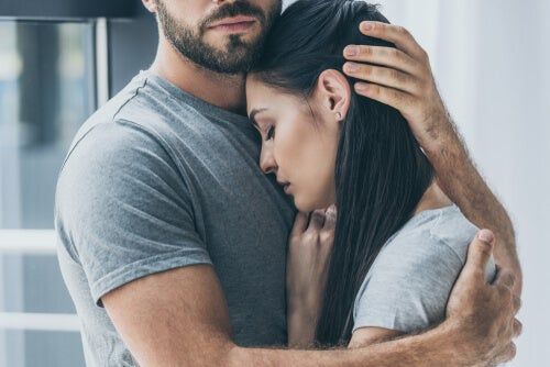 Hombre abrazando a su pareja con depresión