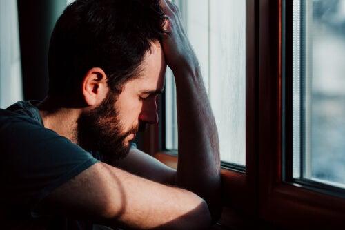 hombre triste debido a la desesperanza en la depresión
