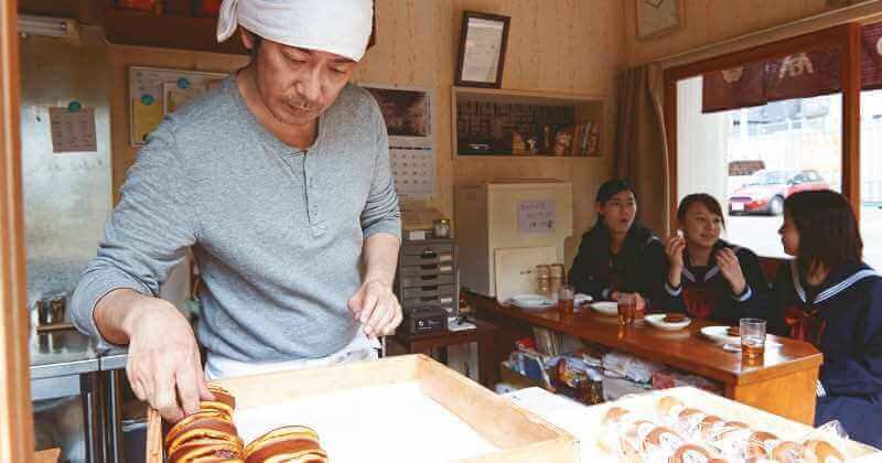Hombre haciendo pasteles