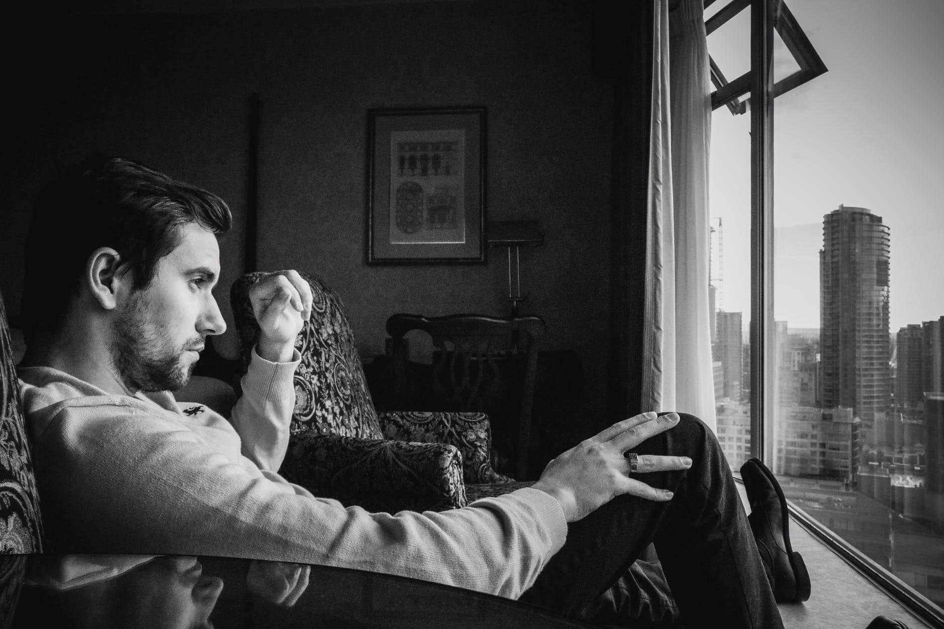 hombre ante ventana representando el narcisismo maligno