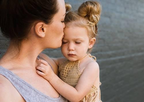 madre e hija para representar las frases de sabiduría sobre la crianza de los hijos