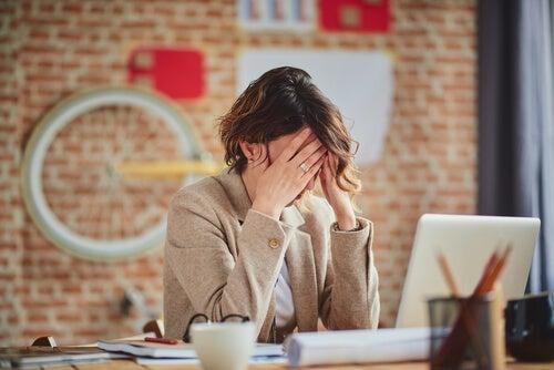 Madre estresada por el trabajo y la crianza