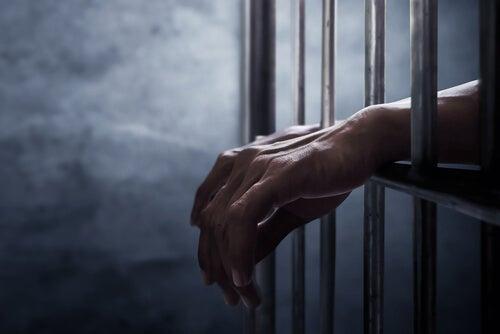 Manos de una persona en prisión