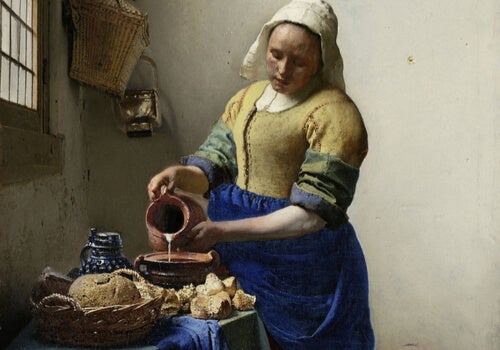 Mujer echando agua