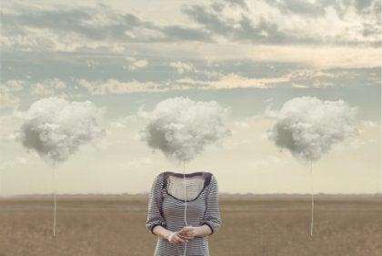 Mujer con nube en la cabeza