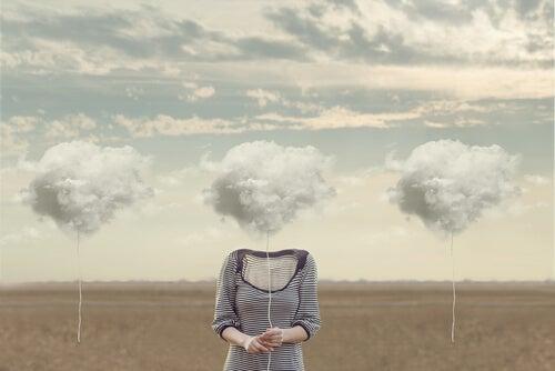 Kobieta z głową w postaci chmury