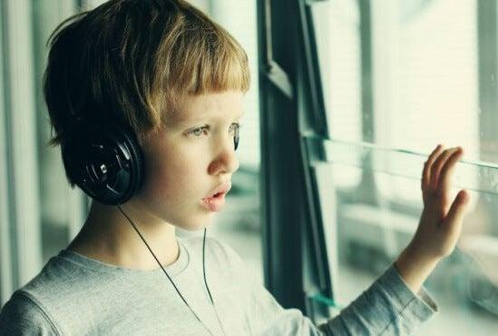 niño con auriculares para representar los beneficios de la musicoterapia para los niños