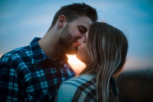 Pareja dándose un beso con pasión