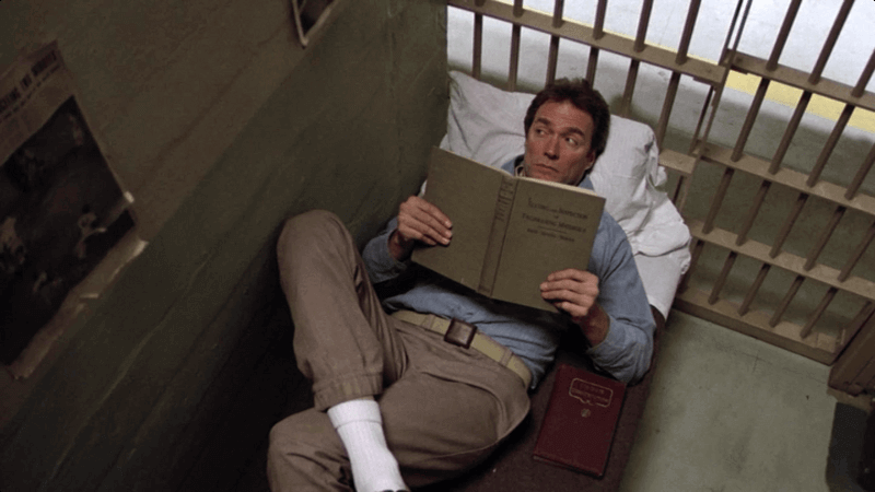 Preso leyendo un libro