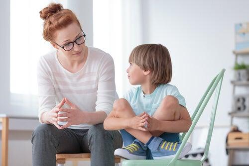 Profesora con niño con TDAH