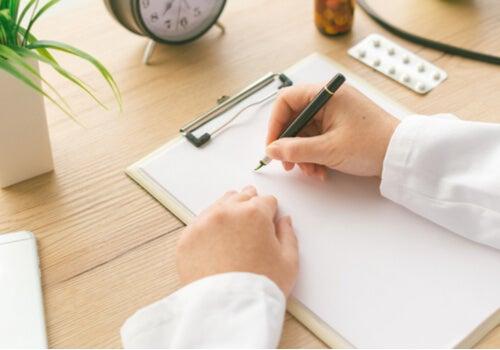Psicólogo haciendo historia clínica