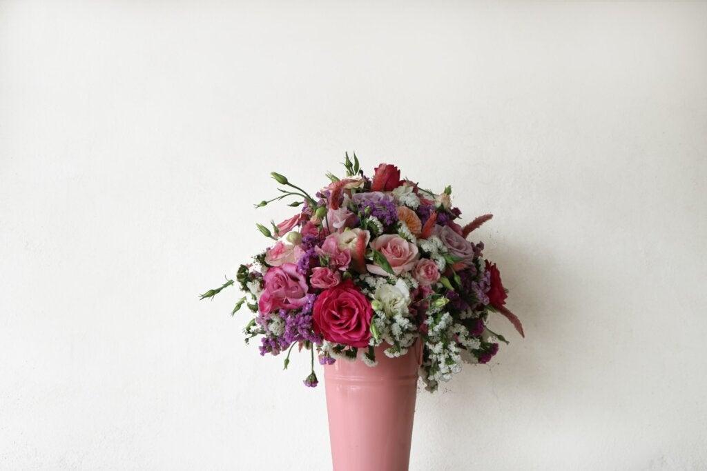 rosas en un florero
