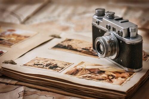 Cámara sobre album de fotos