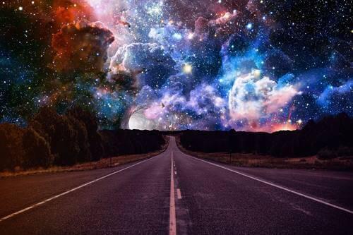 Carretera hacia el espacio representando la magia de las coincidencias