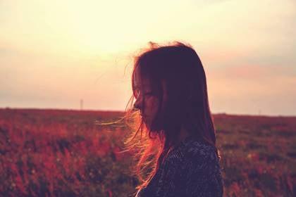 Chica que sufre desesperanza en la depresión
