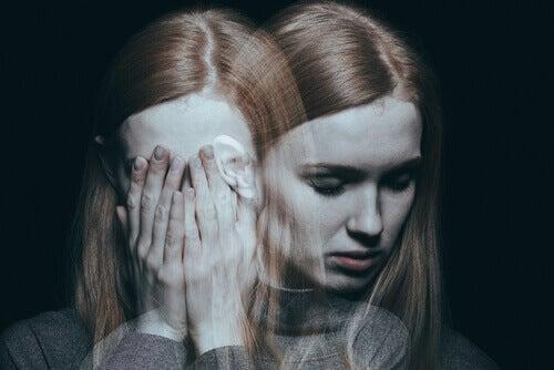 Chica triste junto a su reflejo