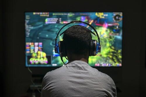 Chico jugando a un videojuego