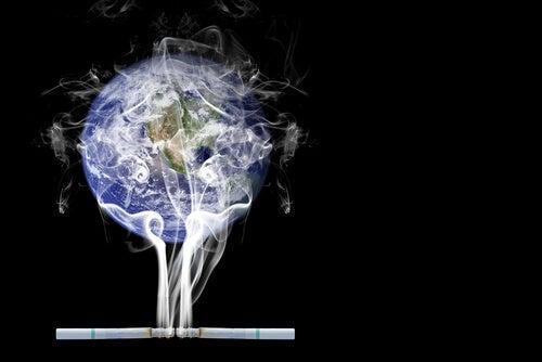 Cigarros contaminando de humo la bola del mundo