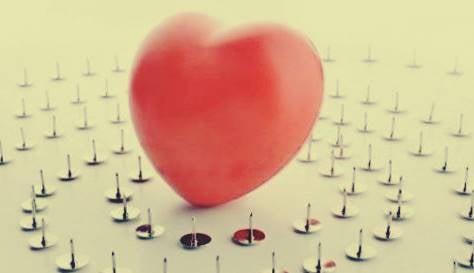 corazón con chinchetas para simbolizar que sufre cada una de las características de la filofobia