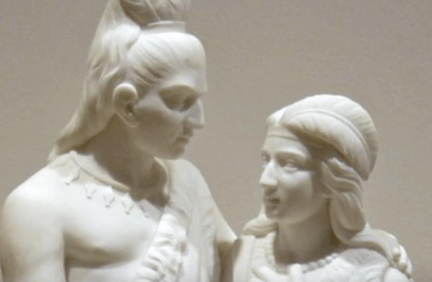 Escultura de un hombre y una mujer