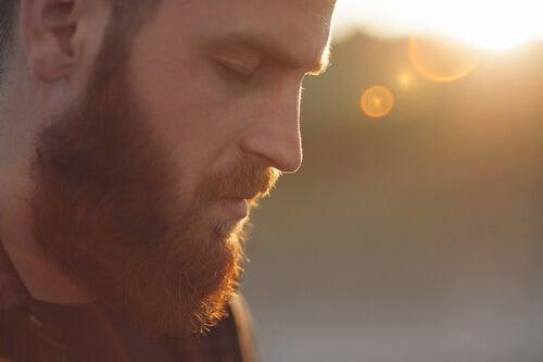 Hombre con barba mirando hacia abajo