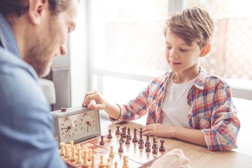 Hombre jugando al ajedrez con un niño