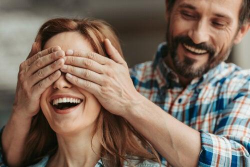 Hombre tapando ojos a su mujer